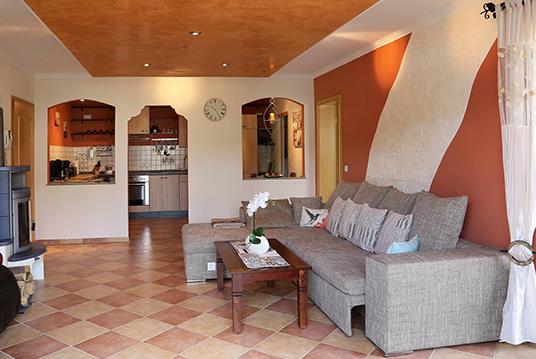 das wohnzimmer der ferienwohnung eifel mediterran. Black Bedroom Furniture Sets. Home Design Ideas