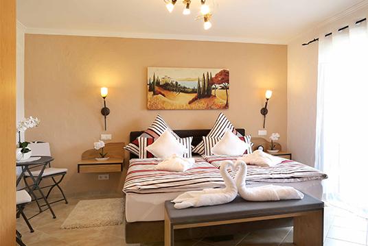 das schlafzimmer der ferienwohnung eifel mediterran. Black Bedroom Furniture Sets. Home Design Ideas
